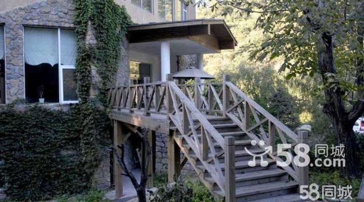 1、枫情山水度假村是北京怀柔区最有风情的酒店,恬静优雅的欧洲田园风格建筑及园林规划,使住在这里休假的客人都散发出无限风情。山间小木屋更是制造浪漫的最佳场所。 2、酒店设有38套标准大床房间,二间豪华套房及4套独具风格的欧式木屋。充满异国风情的设计理念让您耳目一新,是您度假休闲及会议的理想场所。明亮的大堂让您赏心悦目,电视,24小时热水,中央空调,地暖设备,无限宽带网络等设施让您的休闲度假无后顾之忧,全身心地贴近大自然。
