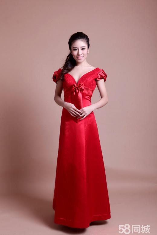 腰间亮缎的柔媚与裙摆亚光红缎