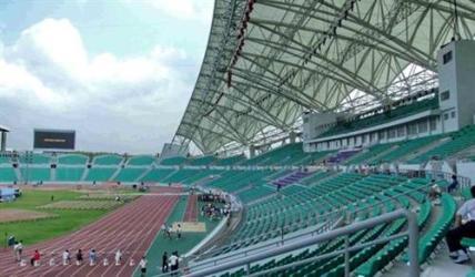 体育场采用c字型设计方案,与西北湖广场及周边环境融为一体.